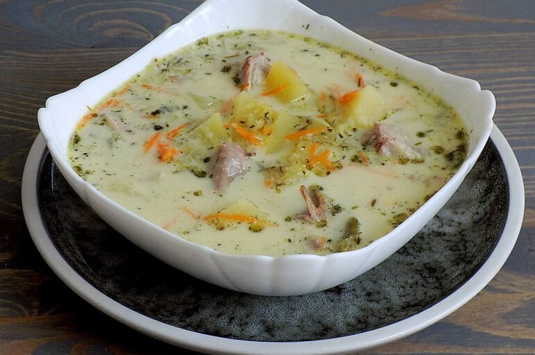 Zupa ogórkowa ze śmietaną i koperkiem