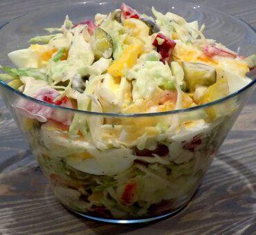 Sałatka z sosem majonezowo – czosnkowym