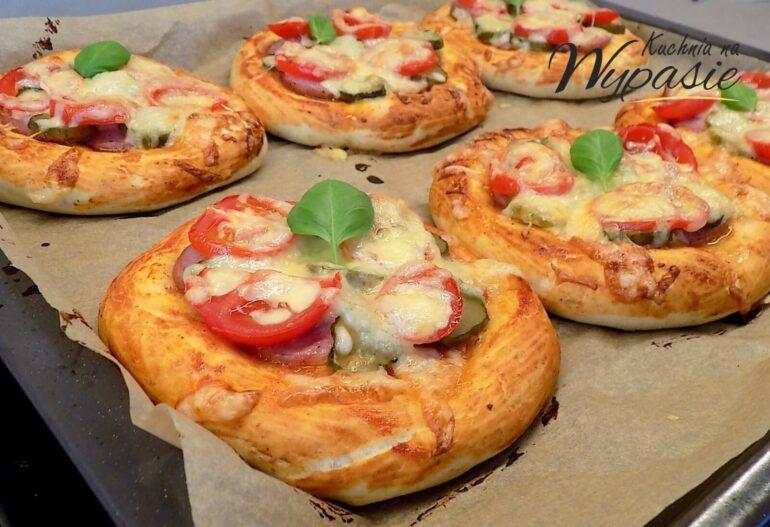 Mini pizze z kiełbasą i serem