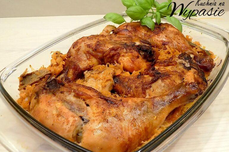 Udka kurczaka pieczone na kapuście z grzybami