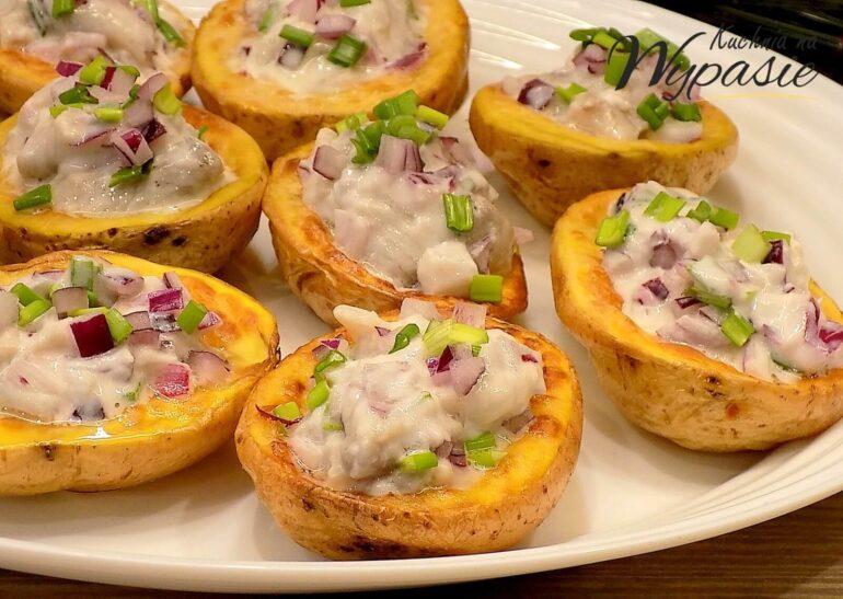 Pieczone ziemniaki ze śledziem w śmietanie