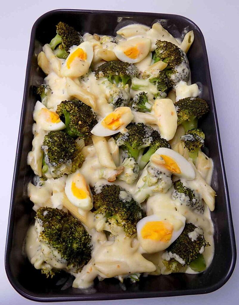 Zapiekanka makaronowa z brokułami i jajkiem