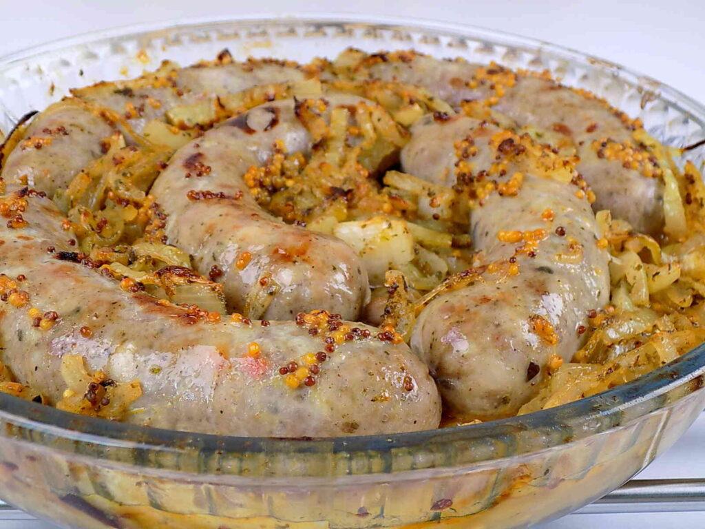 Biała kiełbasa pieczona z cebulą