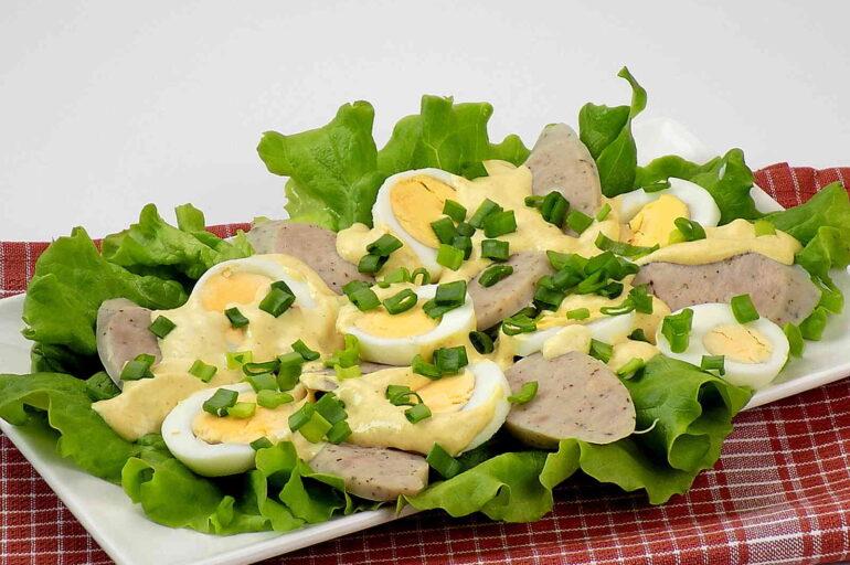 Sałatka z białą kiełbasą i jajkami