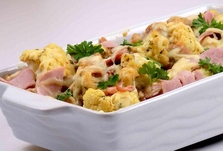 Kalafior zapiekany z serem i szynką