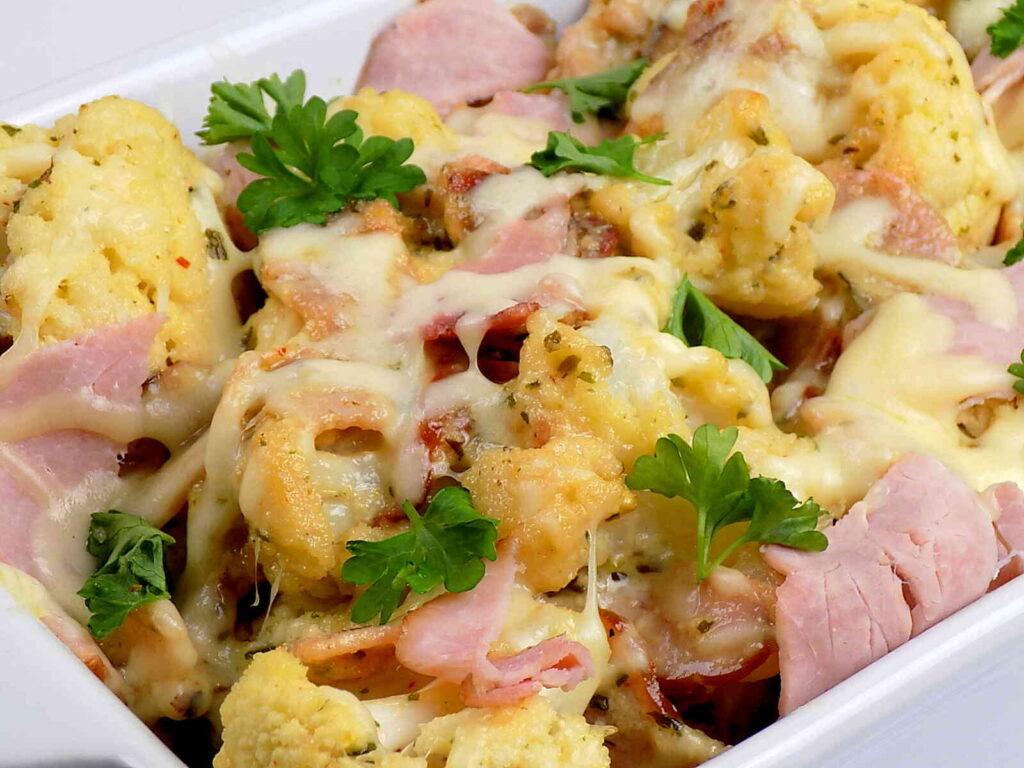 Kalafior zapiekany z szynką i serem