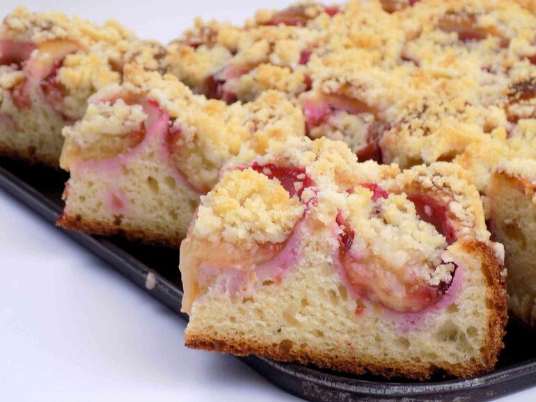 zdjęcie przedstawiające ciasto drożdżowe ze śliwkami i kruszonką według przepisu kuchni na wypasie