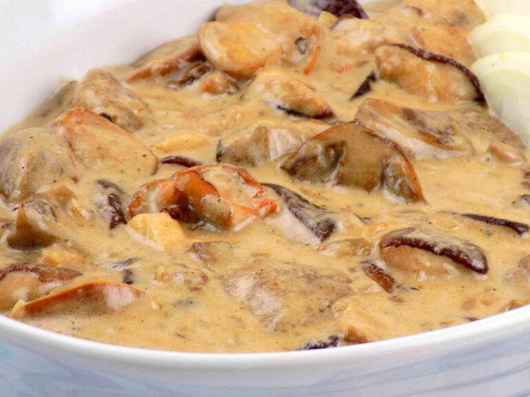 Zdjęcie przedstawiające sos grzybowy ze świeżych grzybów według przepisu z Bloga Kuchnia na wypasie