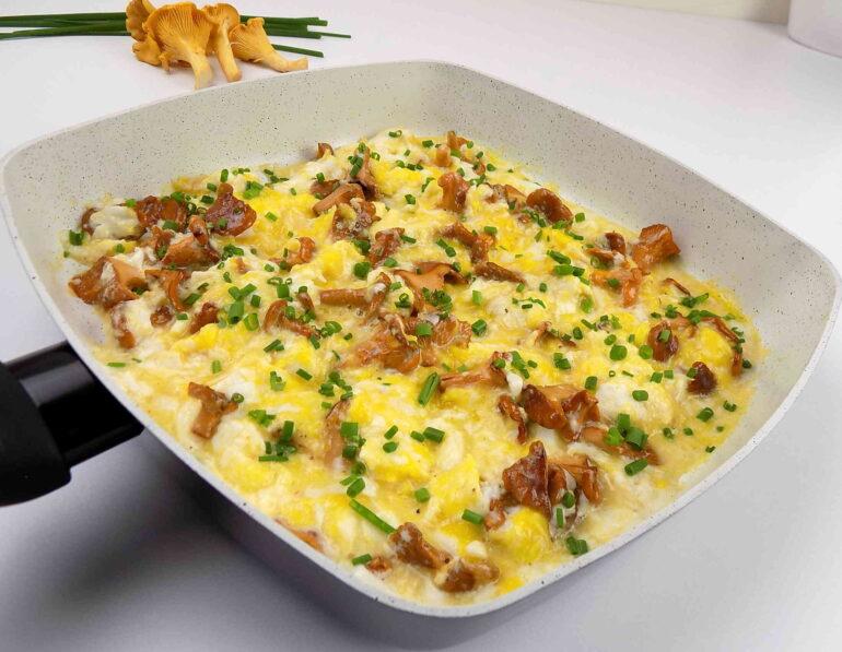 Jajecznica z kurkami- zdjęcie potrawy według przepisu kuchni na wypasie