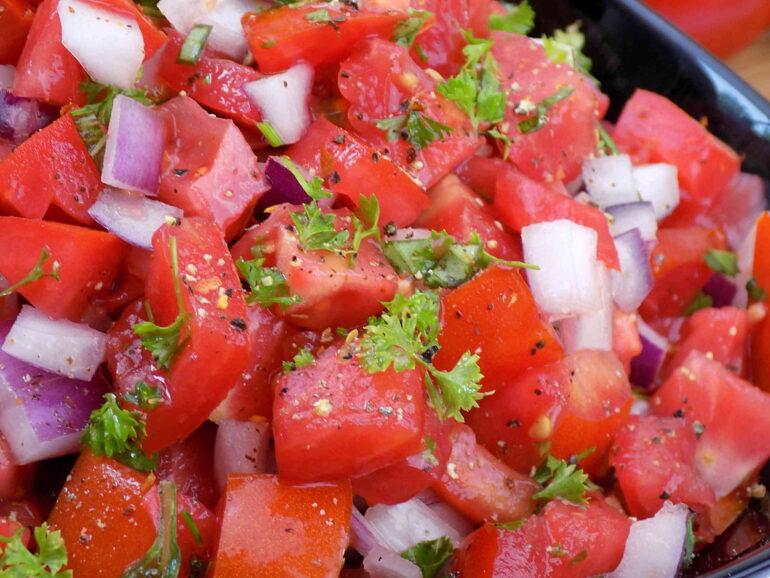 Sałatka z pomidorami i cebulą