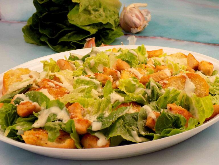 Sałatka Cezar z kurczakiem zdjęcie przedstawiające potrawę według przepisu z bloga kulinarnego kuchnia na wypasie