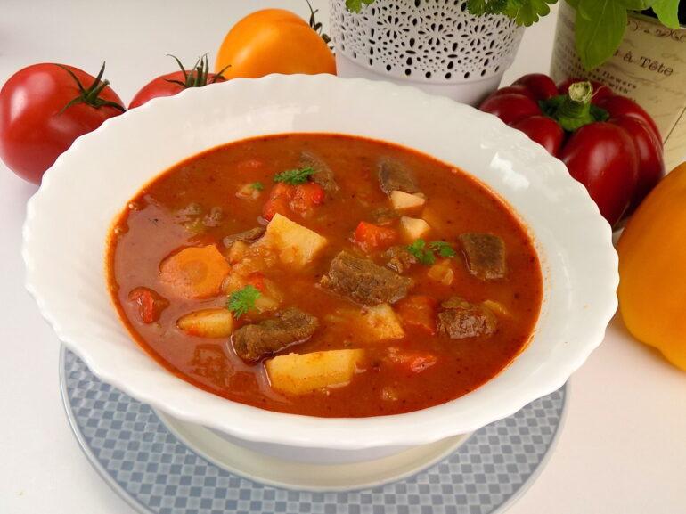 zupa gulaszowa zdjęcie przedstawiające potrawę według przepisu z bloga kuchnia na wypasie