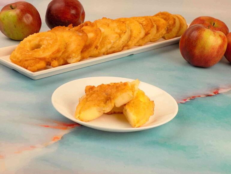 zdjęcie przedstawiające jabłka w cieście naleśnikowym według przepisu https://kuchnianawypasie.pl/