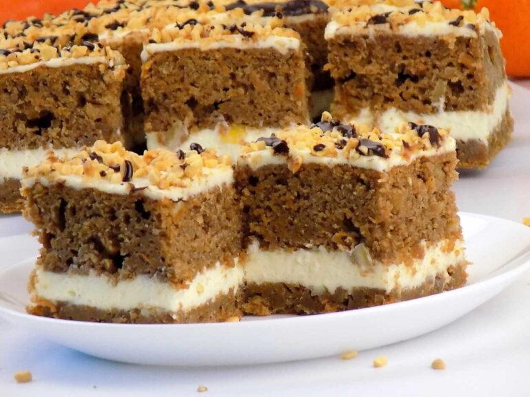zdjęcie przedstawiające ciasto marchewkowe według przepisu z bloga kuchnia na wypasie