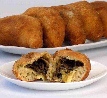 Bułeczki drożdżowe z pieczarkami i serem